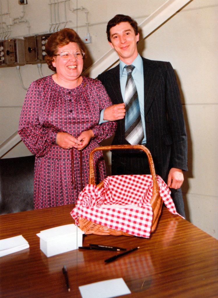 Juffrouw Verstappen (steun en toeverlaat voor Frans Knaapen) met in de arm de zoon van Frans, Joost Knaapen