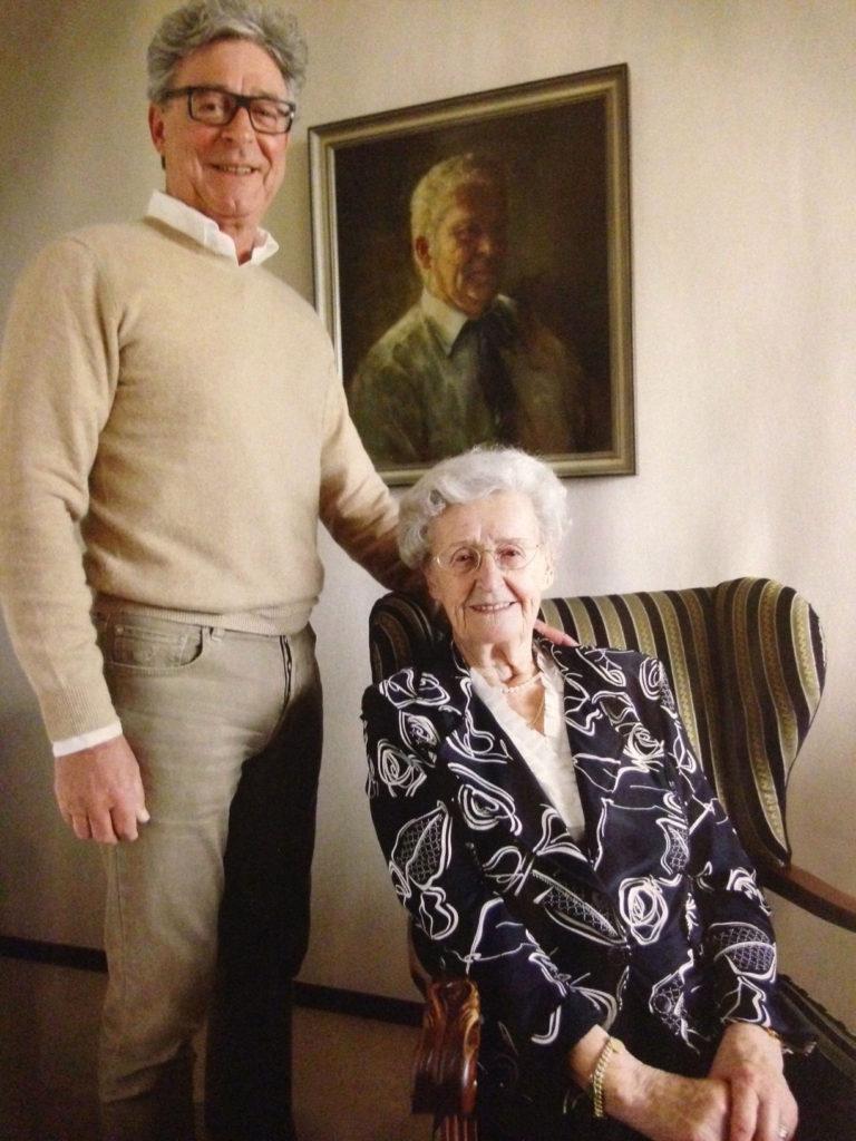 Pieter Knaapen met zijn moeder Annie Knaapen-van Gestel bij het portret van zijn vader Frans